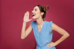 快乐的逗人喜爱的少妇呼喊和要求某人 库存图片