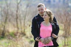 快乐的逗人喜爱的微笑的夫妇容忍 毛线衣的年轻人拥抱 免版税库存图片