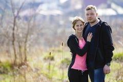 快乐的逗人喜爱的微笑的夫妇容忍 毛线衣的年轻人拥抱 库存照片