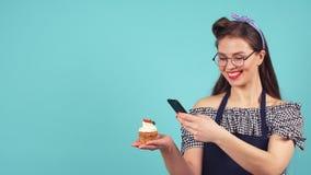 快乐的酥皮点心女孩做照片她的杯形蛋糕 股票视频