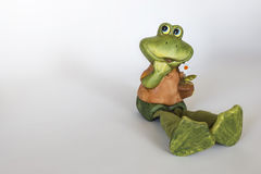 快乐的青蛙陶瓷雕象与花的 免版税图库摄影