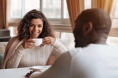 快乐的非裔美国人的夫妇有交谈在咖啡馆 免版税库存照片