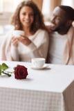 快乐的非裔美国人的夫妇有日期在咖啡馆 免版税图库摄影