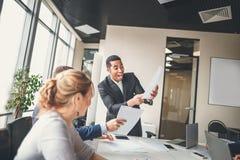 快乐的非裔美国人的行政商人在工作区办公室 免版税库存图片