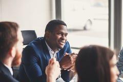 快乐的非裔美国人的行政商人在工作区办公室 库存照片