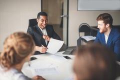 快乐的非裔美国人的行政商人在工作区办公室 免版税库存照片