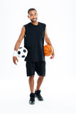 快乐的非洲体育供以人员拿着篮球和足球 库存照片