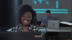 快乐的非洲妇女在电话中心 股票录像