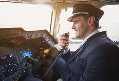 快乐的飞行员讲话由便携式的发射机 免版税库存图片