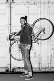 快乐的骑自行车者画象在晚上 免版税库存图片