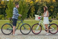 快乐的年轻人和妇女恋爱了 库存图片