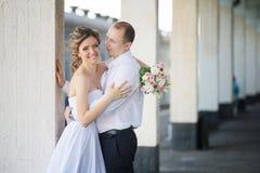 快乐的结婚的少妇在手上她新郎 免版税库存照片