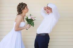 快乐的结婚的年轻夫妇获得乐趣 免版税库存图片