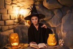 快乐的年轻巫婆在坚果裂缝召唤 库存图片