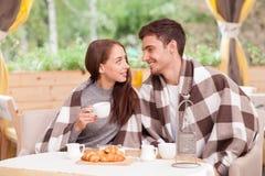 快乐的年轻爱恋的夫妇在咖啡馆约会 库存图片