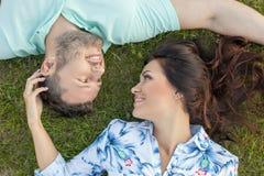 快乐的年轻爱恋的夫妇是松弛在 免版税图库摄影