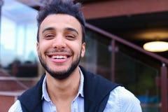 快乐的年轻男性穆斯林画象  微笑和摆在a的人 免版税库存照片