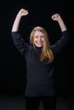 快乐的年轻白肤金发的女孩举了她的手  免版税图库摄影