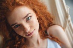 快乐的年轻红头发人夫人在吊床说谎 免版税库存图片