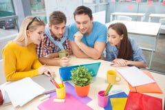 快乐的年轻设计师与喜悦一起使用 免版税库存图片