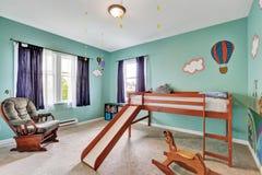 快乐的kid& x27; 有绿色被绘的墙壁的s卧室 库存图片