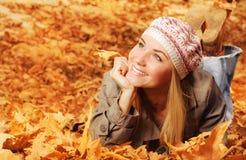 快乐青少年在秋叶 免版税库存图片