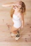 快乐,无忧无虑的年轻白种人妇女感到愉快。 库存照片