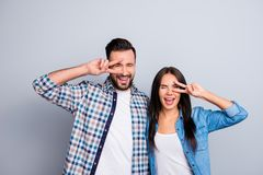 快乐,笑,可笑,正面,在衬衣emb的家庭夫妇 库存图片