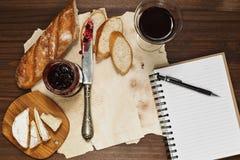 快乐主义者的` s午餐用酒和法国乳酪 库存图片