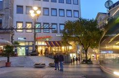 轻快交叉点中心在有美好的明亮的照明的Baden-Baden在晚上 免版税图库摄影