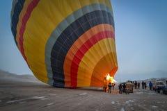 轻快优雅飞行准备, Capadoccia,土耳其 免版税库存照片