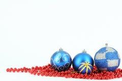 快活球蓝色的圣诞节 免版税库存图片