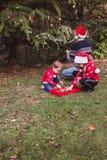 快活的圣诞节节日快乐 红色圣诞节红色毛线衣的装饰圣诞树ou的帽子和两个女儿的父亲 图库摄影