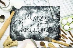快活的圣诞节 写在黑人委员会洒与面粉 烹调概念的圣诞节 免版税库存照片