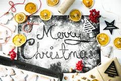 快活的圣诞节 写在黑人委员会洒与面粉 烹调概念的圣诞节 库存照片