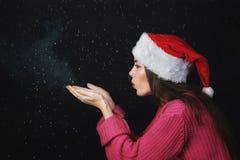 快活的圣诞节 圣诞老人帽子的女孩  图库摄影