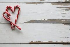快活的圣诞节 袋子看板卡圣诞节霜klaus ・圣诞老人天空 圣诞节棒棒糖,心脏形状,木背景 新年大模型 库存照片