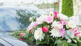 快活的婚礼传统-装饰在敞篷的婚礼汽车以熊的形式-新娘和新郎的新婚佳偶在期间 股票视频