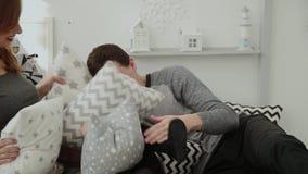 快活的家庭羽绒枕头到彼此里在新年s屋子 股票录像