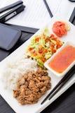 快的亚洲样式午餐在办公室 图库摄影