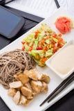 快的亚洲样式午餐在办公室 免版税库存照片