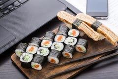 快的寿司午餐在办公室 免版税库存图片