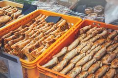 快的街道食物制造商,快餐的其他国民盘在布拉格街道上的农夫市场上  有选择性的f 免版税库存图片