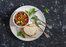 快的ratatouille和面包在一块白色板材在黑暗的背景 可口健康素食食物 免版税库存图片