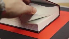 快翻转通过书的页 影视素材
