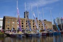 快船队在圣凯瑟琳船坞停泊了在伦敦 免版税库存照片
