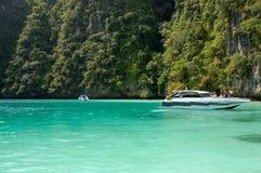 快艇、岩石和海,泰国 免版税库存照片