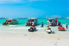 快艇、jetski和游人海滩的 免版税库存图片