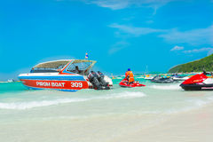 快艇、jetski和游人海滩的 库存图片