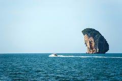 快艇在海岛 免版税库存照片